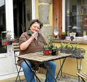 Amandine Chelon, chez elle à Kérity devant un café. Une petite chose anodine et simple…